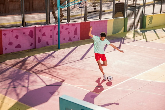 Portret młodego mężczyzny gry w piłkę nożną