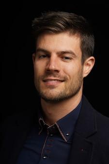 Portret młodego mężczyzny hiszpanie w formalnym stroju z wyrazem radosnej twarzy
