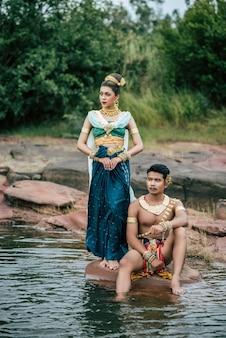 Portret młodego mężczyzny i kobiety w pięknym tradycyjnym stroju stwarzają w przyrodzie w tajlandii