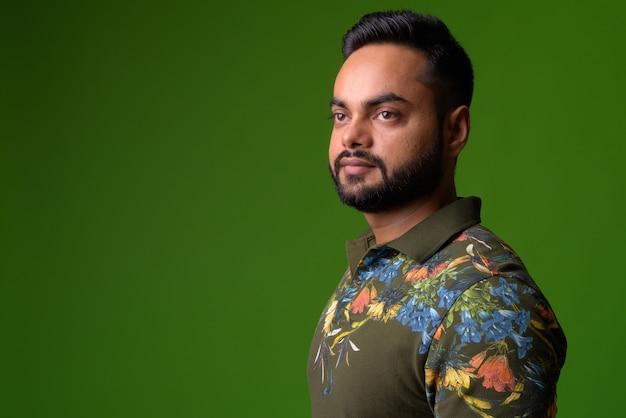Portret młodego mężczyzny indyjski brodaty na zielono