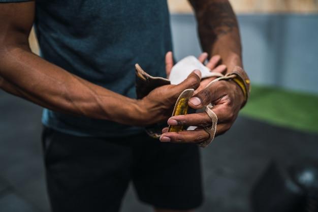 Portret młodego mężczyzny lekkoatletycznego przygotowuje się do treningu crossfit