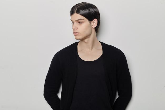 Portret młodego mężczyzny mody