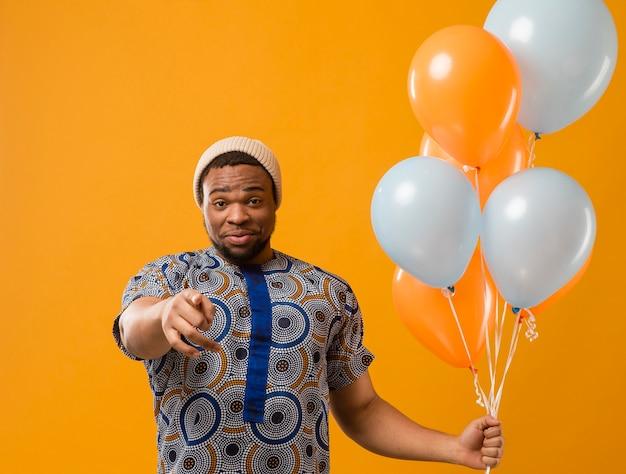 Portret młodego mężczyzny na imprezie z balonów