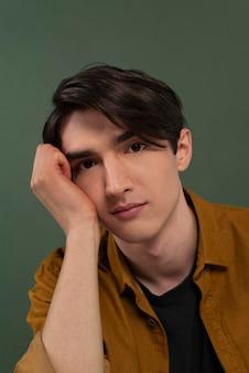 Portret młodego mężczyzny na sobie koszulę pozowanie
