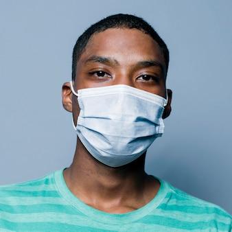 Portret młodego mężczyzny noszącego maskę