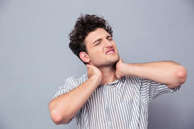 Portret młodego mężczyzny o ból szyi