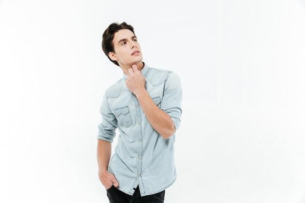 Portret młodego mężczyzny, patrząc od hotelu