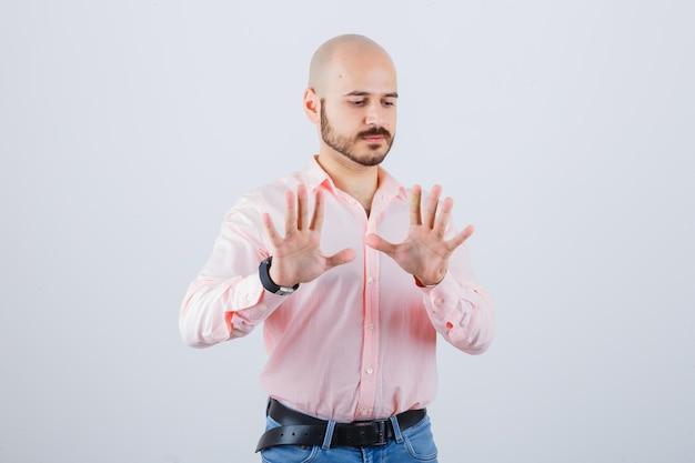 Portret młodego mężczyzny pokazujący gest zatrzymania