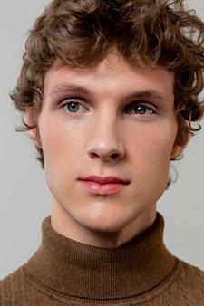 Portret młodego mężczyzny pozowanie