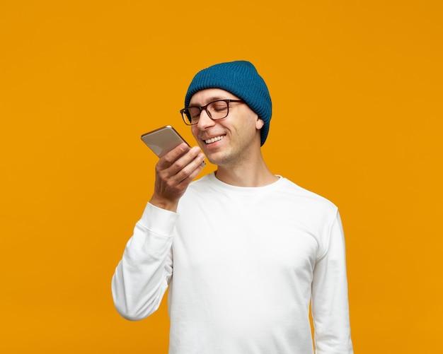Portret młodego mężczyzny pozytywnego nagrania wiadomości audio