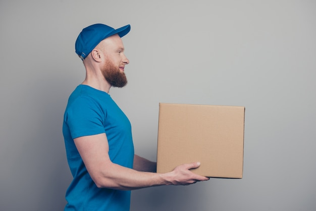 Portret młodego mężczyzny pracującego jako kurier dostawy