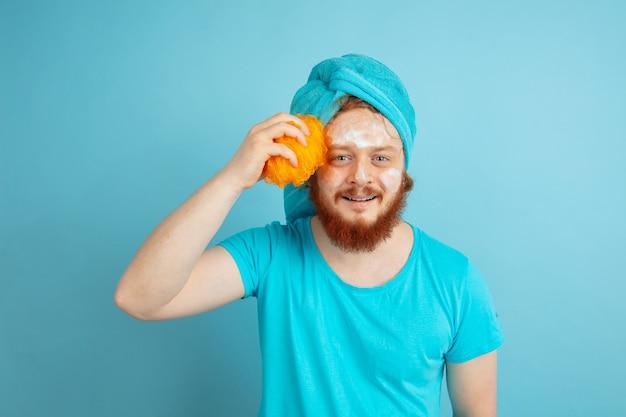 Portret młodego mężczyzny rasy kaukaskiej w jego dniu urody i rutynie pielęgnacji skóry