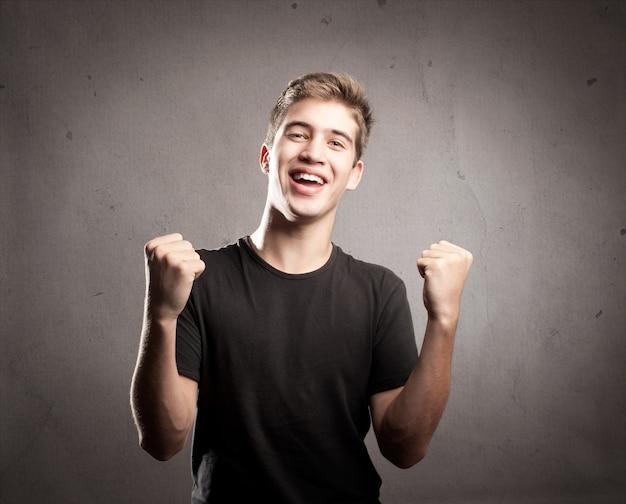 Portret młodego mężczyzny świętuje zwycięstwo