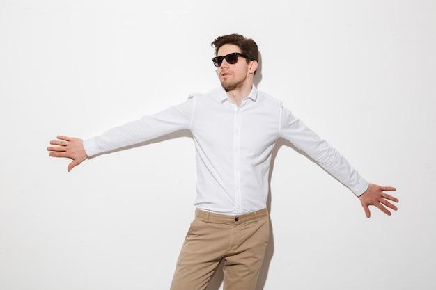 Portret młodego mężczyzny ubrani w koszulę