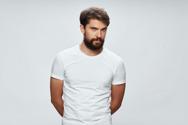 Portret młodego mężczyzny w białej koszulce