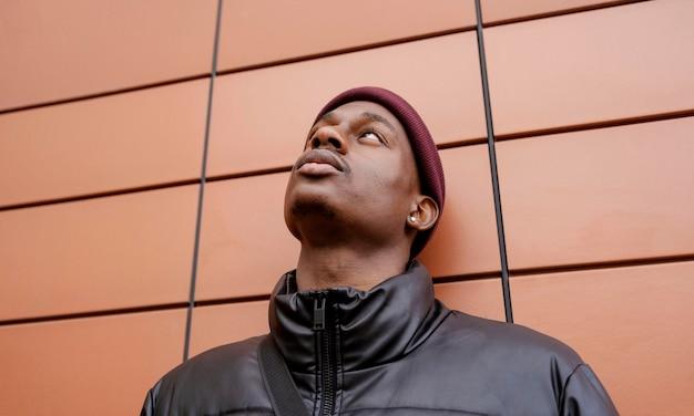 Portret młodego mężczyzny w czapce