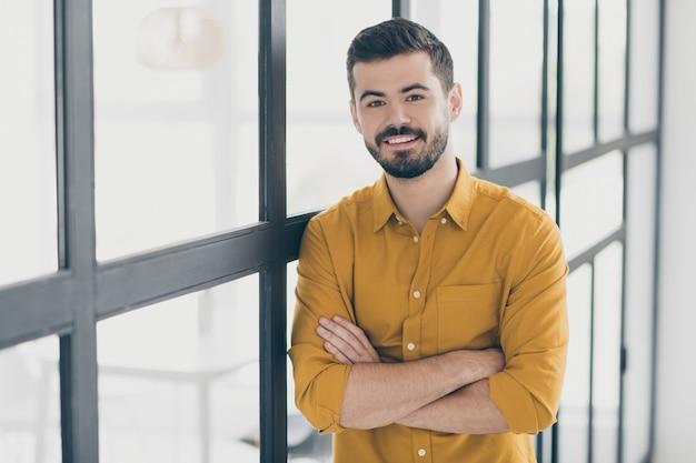 Portret młodego mężczyzny w domu