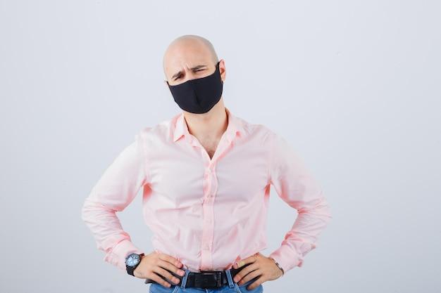 Portret młodego mężczyzny w masce ochronnej