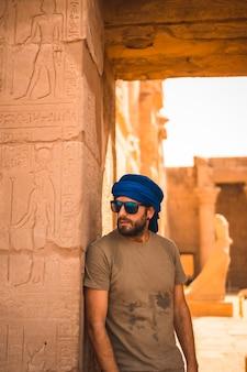 Portret młodego mężczyzny w niebieskim turbanie przy wejściu do świątyni edfu