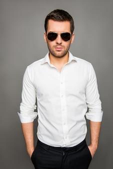 Portret młodego mężczyzny w okularach przeciwsłonecznych
