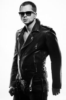 Portret młodego mężczyzny w skórzanej kurtce