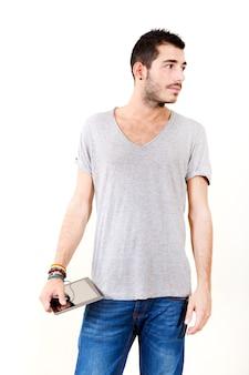 Portret młodego mężczyzny w szarej koszuli za pomocą tabletu.