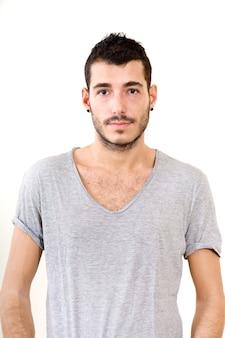 Portret młodego mężczyzny w szarej koszuli.