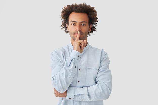 Portret młodego mężczyzny z kręconymi włosami na sobie koszulę