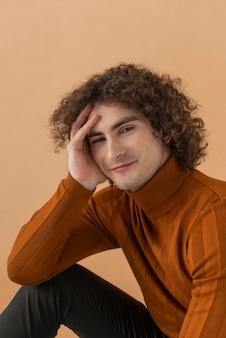Portret młodego mężczyzny z kręconymi włosami