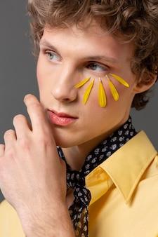 Portret młodego mężczyzny z makijaż pozowanie