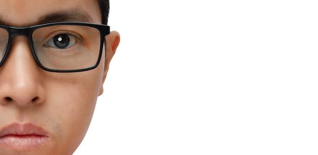 Portret młodego mężczyzny z okularami na białym tle. miejsce na kopię.