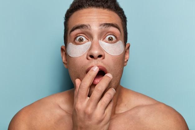 Portret młodego mężczyzny z opaskami na oku