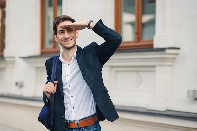 Portret młodego mężczyzny z plecakiem, który widział przyjaciela