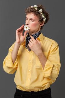 Portret młodego mężczyzny z wieniec kwiatowy