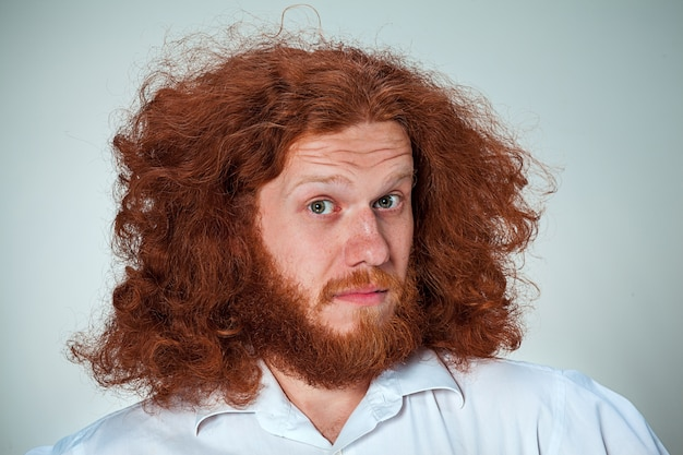 Portret młodego mężczyzny z zszokowanym wyrazem twarzy