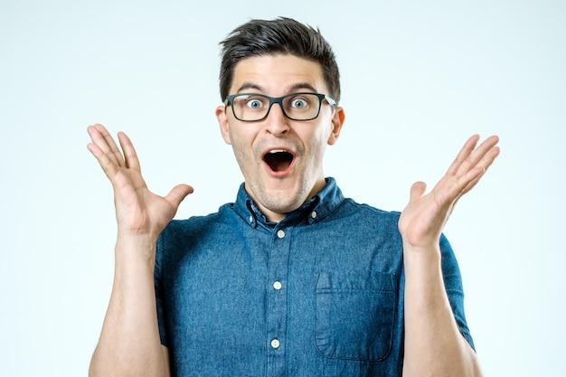 Portret młodego mężczyzny zaskoczony z otwartymi ustami