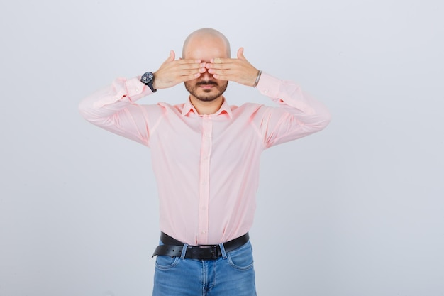 Portret młodego mężczyzny zasłaniającego oczy