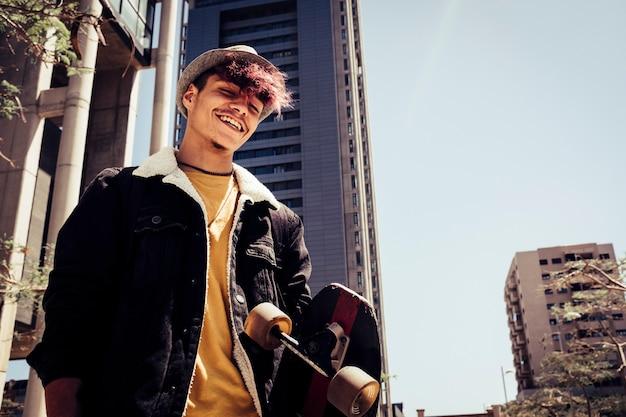 Portret młodego nastolatka z miejskiego stylu generacji z panoramę miasta