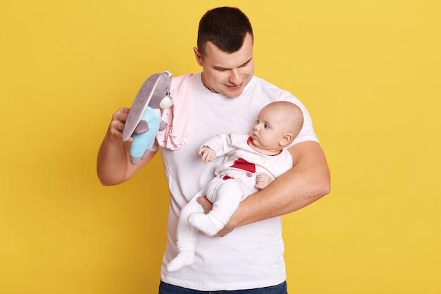 Portret młodego ojca, trzymając w rękach jego noworodka