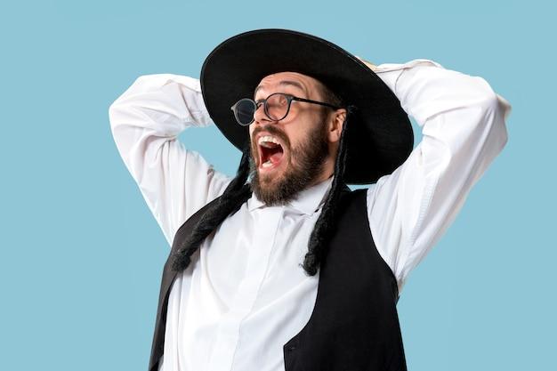 Portret młodego ortodoksyjnego żyda podczas festiwalu purim.