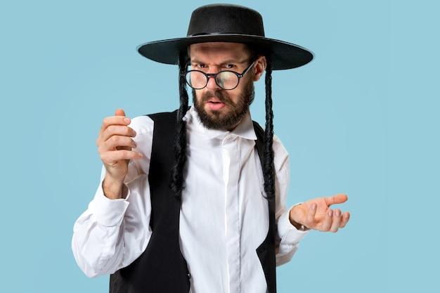 Portret młodego ortodoksyjnego żyda z hasdima