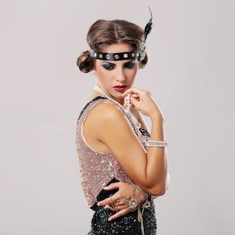 Portret młodego partyjnego dziewczyny spojrzenie przy puszkiem