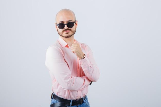 Portret młodego pewnego siebie mężczyzny