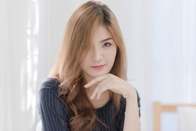 Portret młodego pięknego seksownego azjatyckiego kobiety twarzowy traktowanie relaksuje. uśmiech szczęśliwy twarz moda dziewczyna szuka