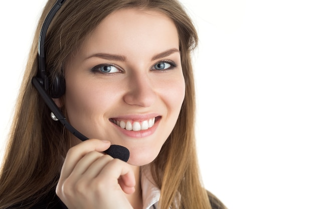 Portret młodego pięknego uśmiechniętego pracownika call center mówi do kogoś. uśmiechnięty operator obsługi klienta w pracy
