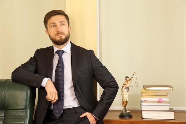 Portret młodego prawnika odnoszącego sukcesy w biurze