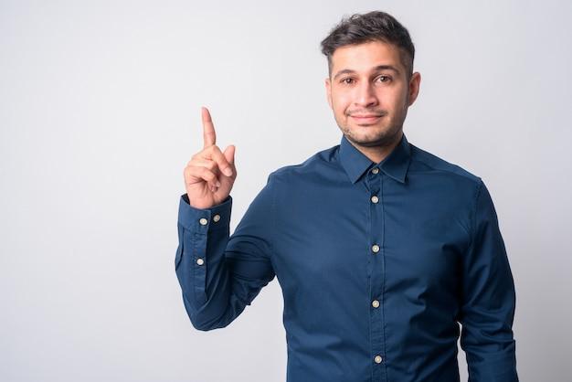 Portret młodego przystojnego biznesmena iranu na białym tle