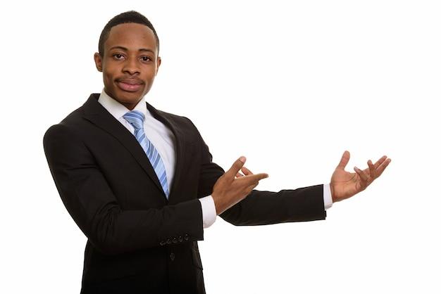 Portret młodego przystojnego biznesmena z afryki, pokazując coś