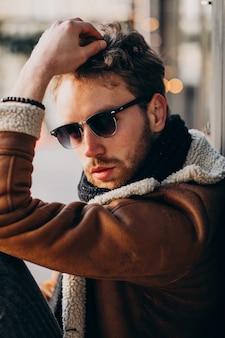 Portret młodego przystojnego brodacza
