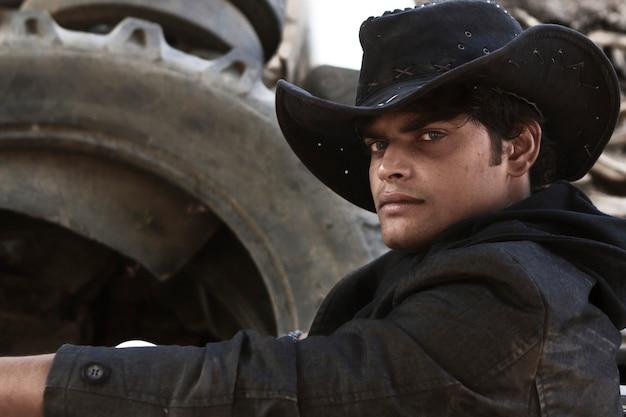 Portret młodego przystojnego kowboja
